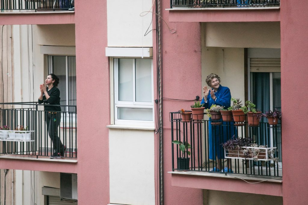 People on balconies clapping for health workers/ CC0 Manuel Peris Tirado