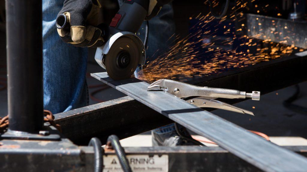 Metal worker sawing/ CC0 tekton