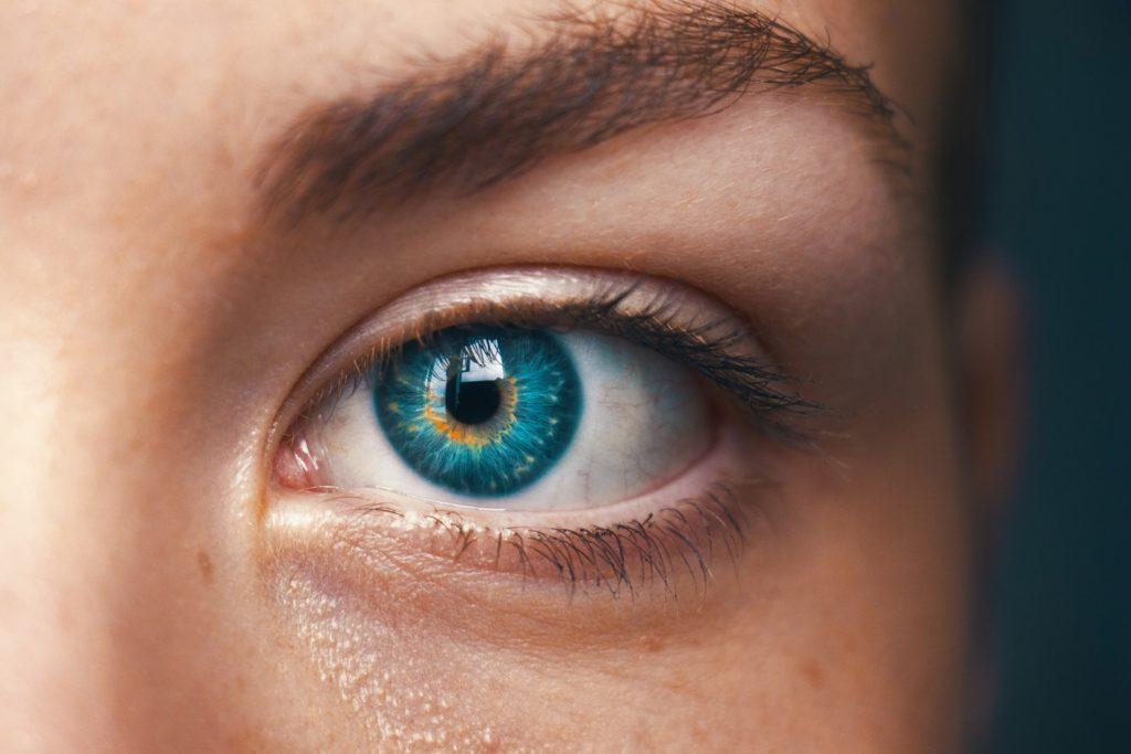Close up blue eye / CCO amanda-dalbjorn