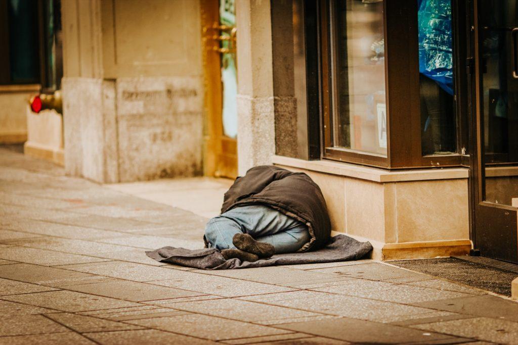 homeless person / CC0 jon-tyson