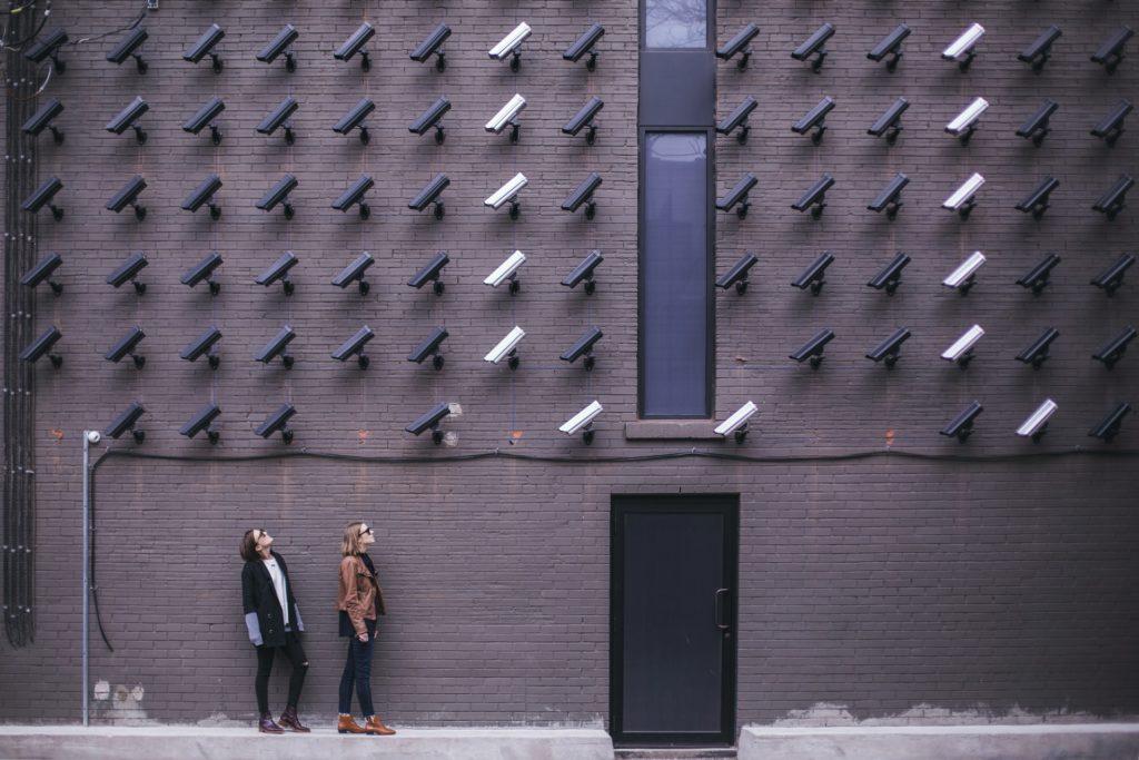 Wall of surveillance cameras / CC0 matthew-henry