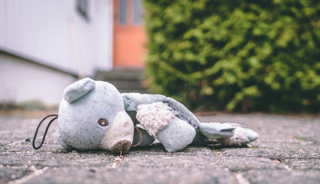 Stuffed animal on the floor/ CC0 trym-nilsen
